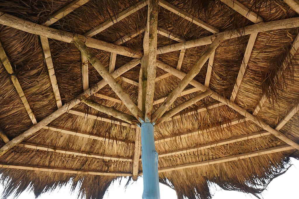 Schirm aus Palmblättern