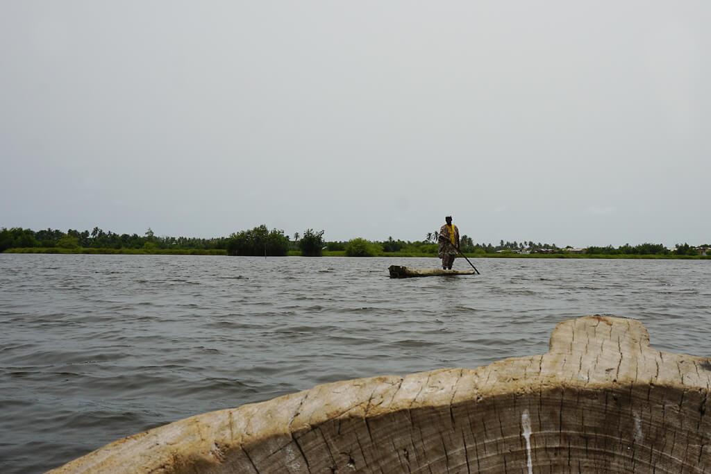 Mann im Einbaum bei Ouidah