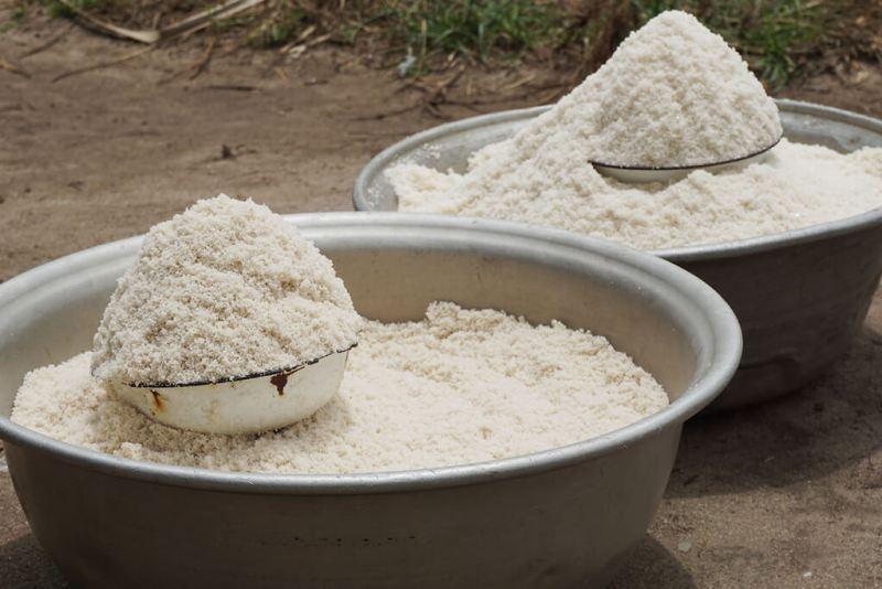 Salz in grossen Schüsseln bei Ouidah in Benin