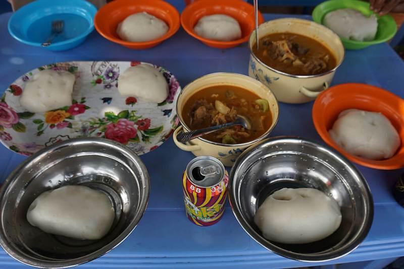 Gedeckter Tisch mit Foufou in Togo
