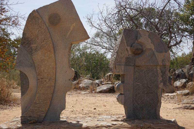 Skulpturen aus Stein im parque des skulptures sur granit in Laongo bei Ouagadougou
