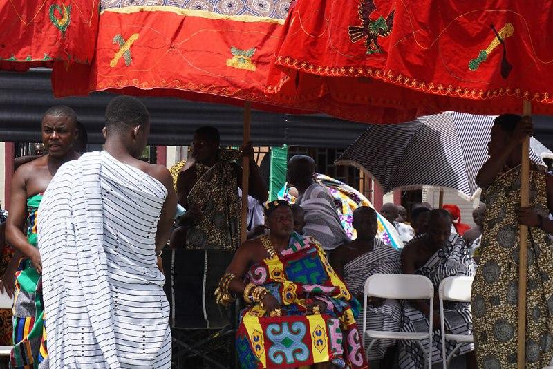 König beim Thronjubiläum der Aschanti in Kumasi unter Schirm
