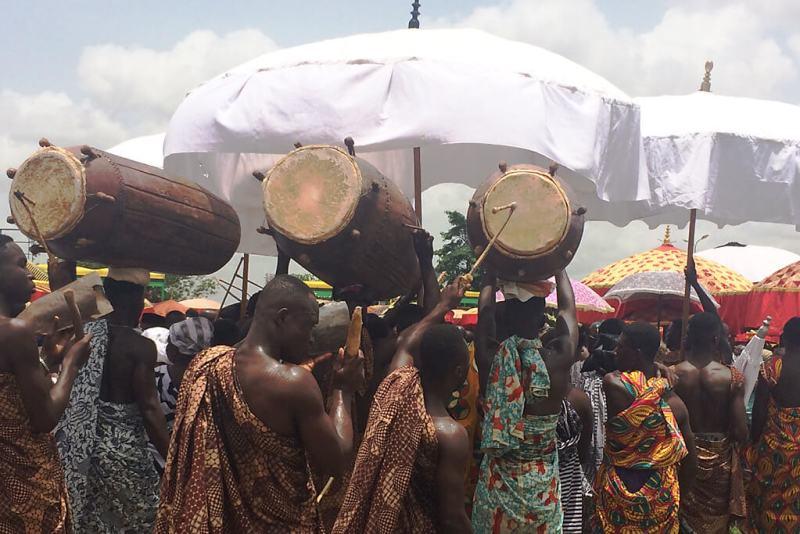 Traditionelle Trommel in Ghana zum Einmarsch am Thronjubiläum des Ashanti Königs