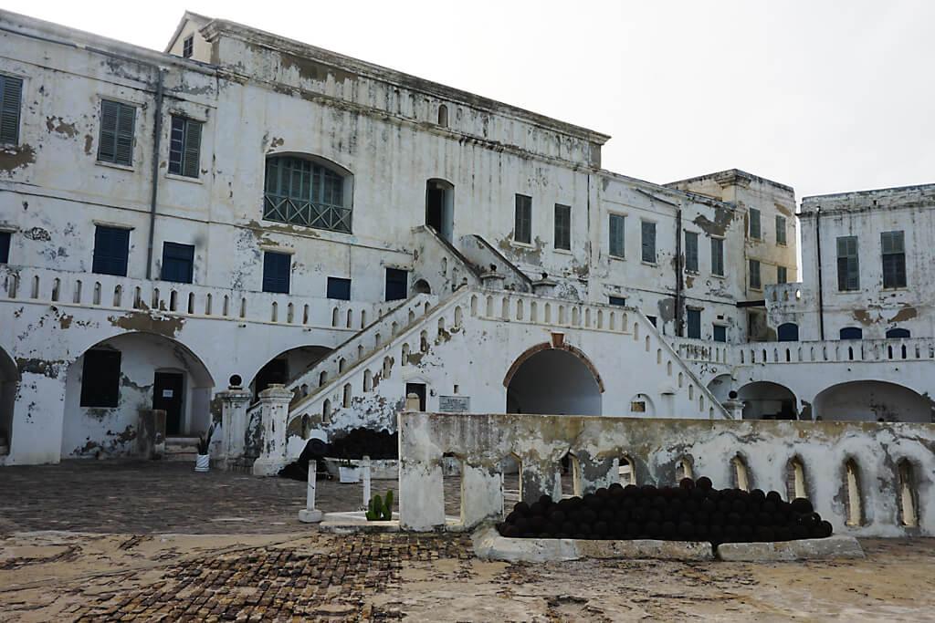 Innenhof der Sklavenburg Cape Coast in Ghana
