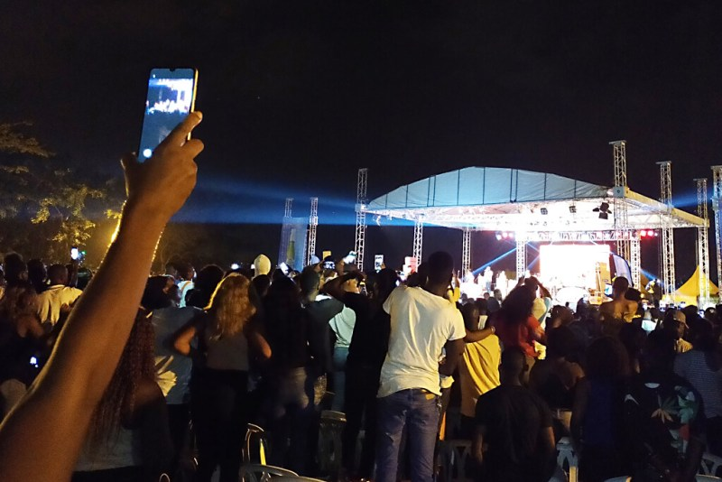 Feiernde Menschen auf Festival in Abidjan