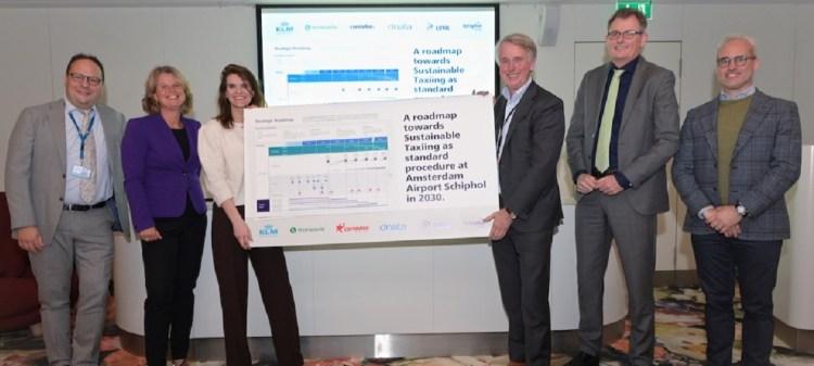 V.l.n.r.: Maarten Stienen (KLM), Petra de Ruiter (Transavia), Barbara Visser (demissionair minister), Dick Benschop (Royal Schiphol Group), Jurgen van Avermaete (LVNL), Maurice Boogerd (Corendon)