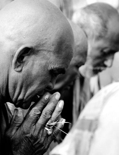 praying india amazing things to do in varanasi