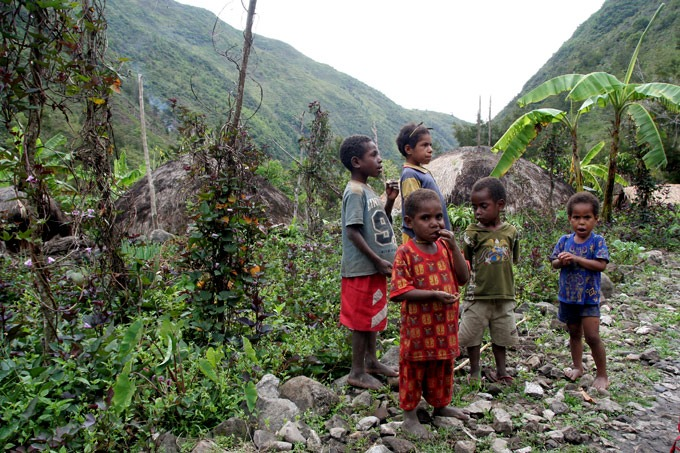 yuarima kids Hiking the Baliem Valley on a budget