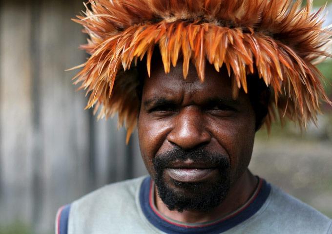 hombre papua yogoshine Trekking por el Valle de Baliem
