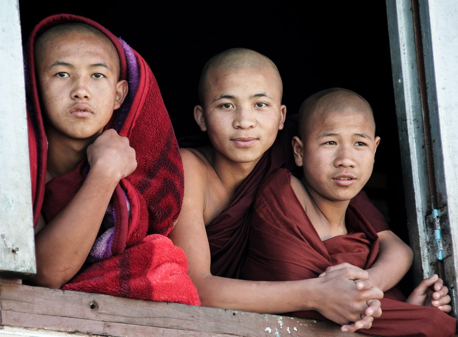 monks hike from namhsan to hsipaw