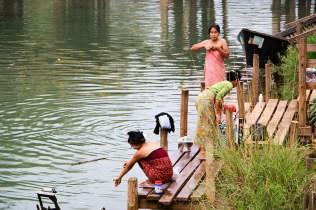 Frauen waschen sich Fluß Indein
