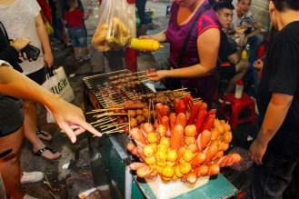 Street Food auf dem Nachtmarkt in Hanoi