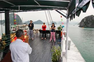 Tai Chi auf dem Schiff in der Halong Bucht