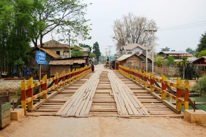 Eine Brücke über dem Fluss Indein