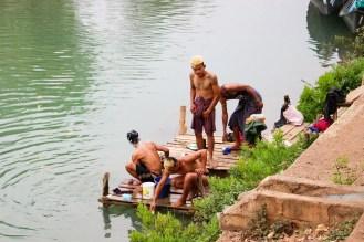 Jungen waschen sich im Fluss Indein