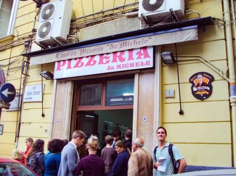 Warteschlange vor der Pizzeria Da Michele in Neapel