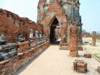 Buddha-Statuen im Wat Chai Watthanaram