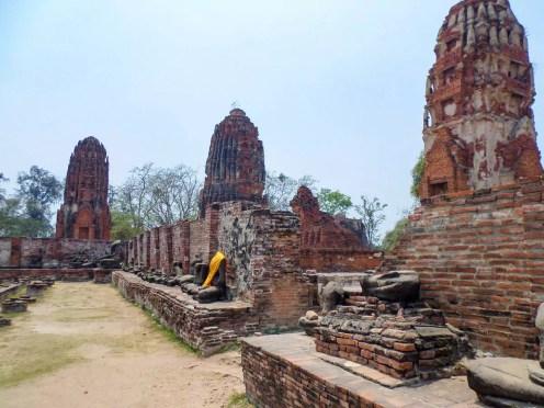 Buddha-Statuen ohne Kopf am Wat Mahathat in Ayutthaya