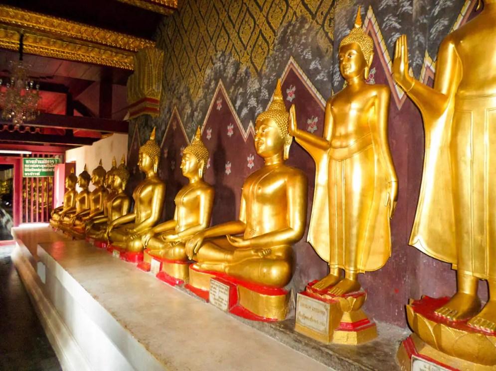 Kleine Buddha-Statuen in Wat Phra Si Rattana Mahathat
