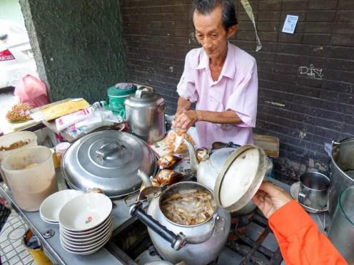 ร้าน เต้าฮวย เฉาก๊วย เฮียมัก (Ingwertee Verkäufer in Bangkok)