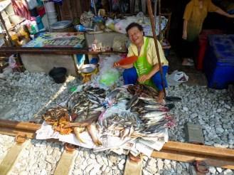 Verkäufer auf dem Mae Klong Railway Market