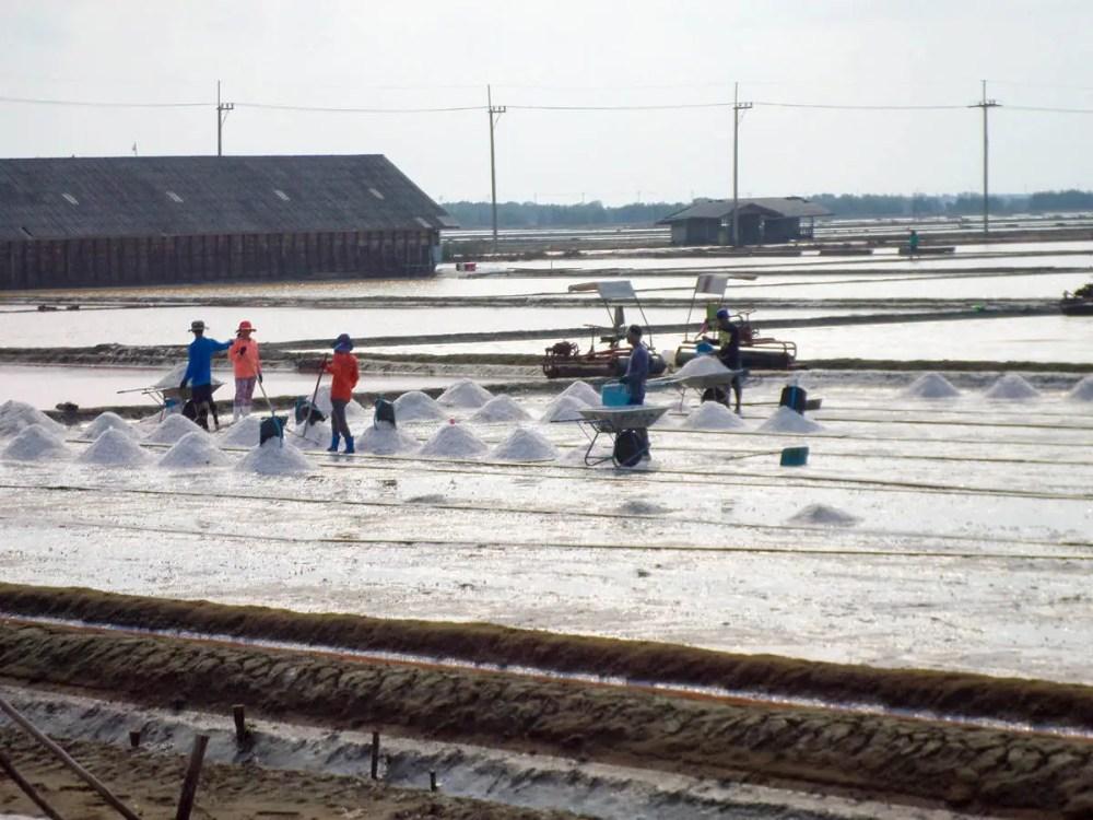 Meersalz Verdunstung-Teich auf dem Weg nach Maeklong Railway Market