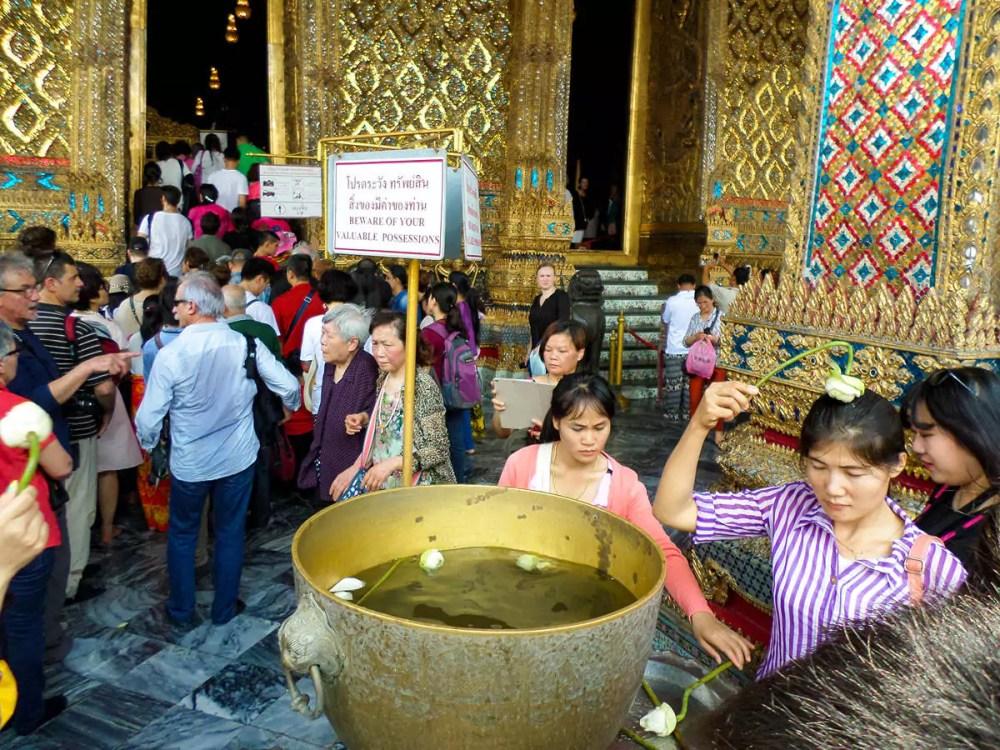 Rituale mit Lotusblüte am Wat Phra Kaeo