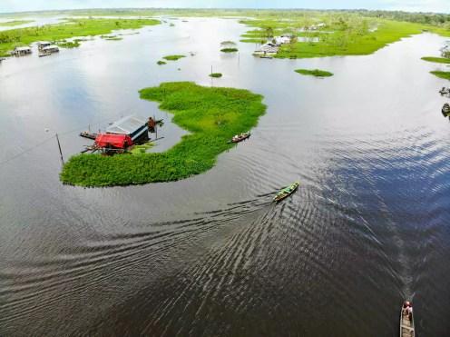 Pfahlbauten und Wasser in Iquitos