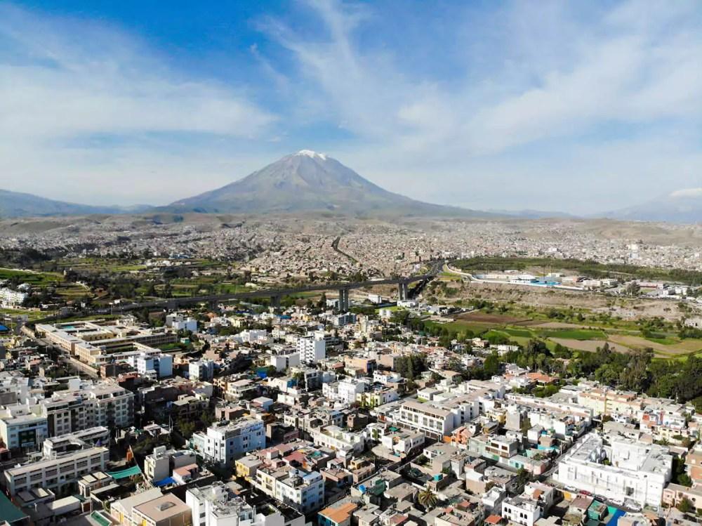 Luftaufnahme über Arequipa und den Misti Vulkan