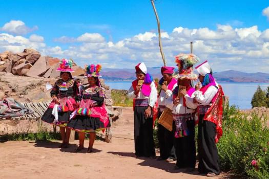 Einheimischen tanzen und flöten auf Taquile