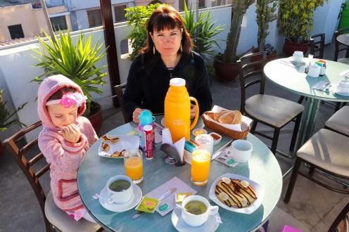 Frühstück auf der Dachterrasse im Le Foyer Hostel