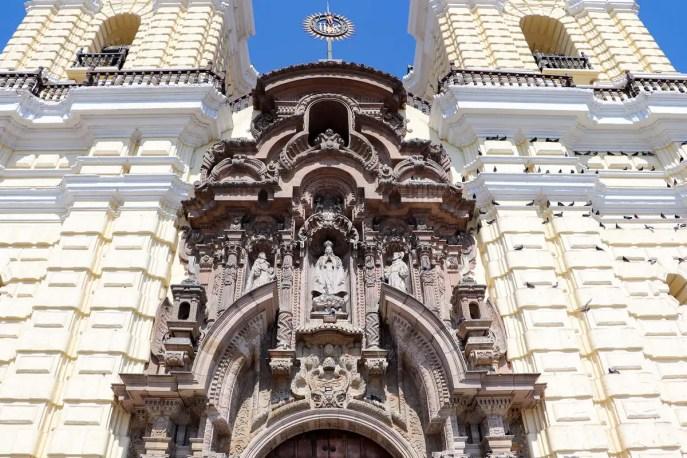 Fassade der Basilika San Francisco in Lima