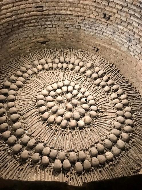 Schädel und Knochen in den Katakomben in Lima