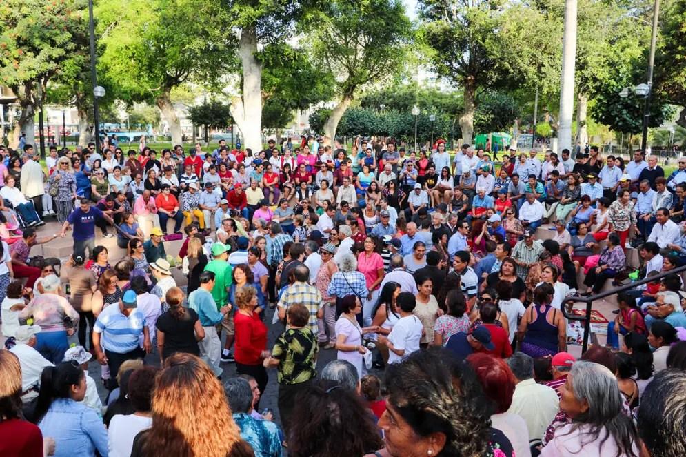 Peruaner tanzen im Parque Kennedy in Lima