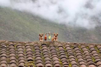 Stiere und Kreuz auf dem Dach in Ollantaytambo