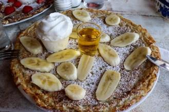 Pfannkuchen mit Bananen und Bananenlikör