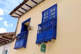 Blaue Balkone eines Hauses in San Blas Cusco