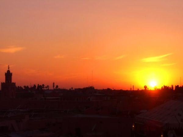 Sonnenuntergang über den Dächern der Königsstadt Marrakesch. (Bildquelle: pixabay.com / Sarah_Loetscher)