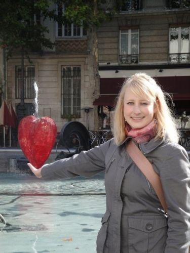 Melanie vor dem Centre Pompidou (Paris)