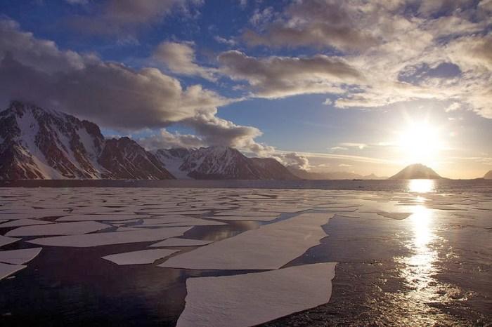 800px-Midnight_sun,_Christmas,_Antarctica