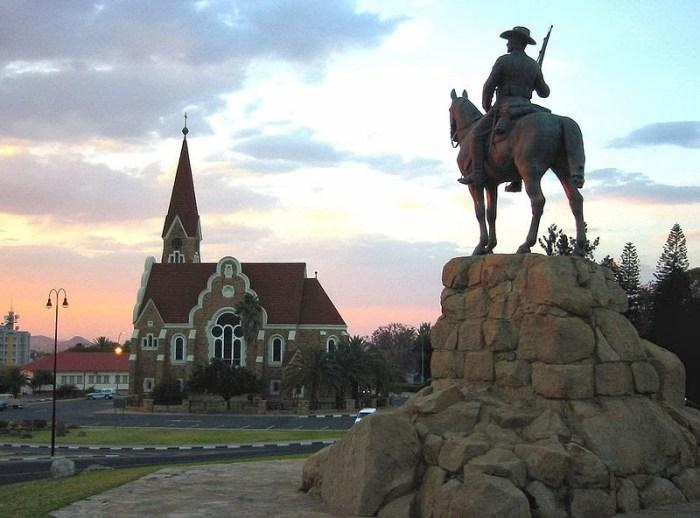 800px-Windhoek_Christuskirche_Reiterdenkmal