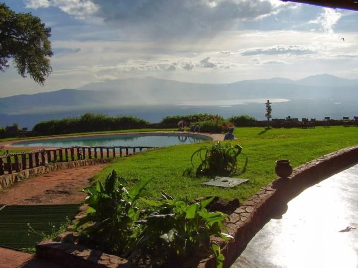 La  vista dall'esterno del nostro lodge: sullo sfondo il cratere!