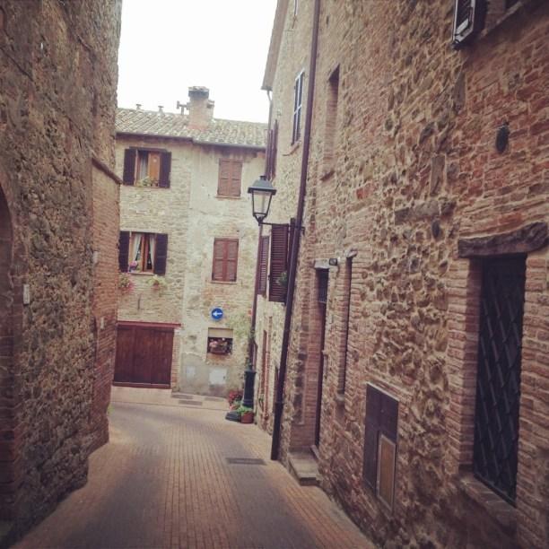 Il piccolo borgo di Paciano, provincia di Perugia