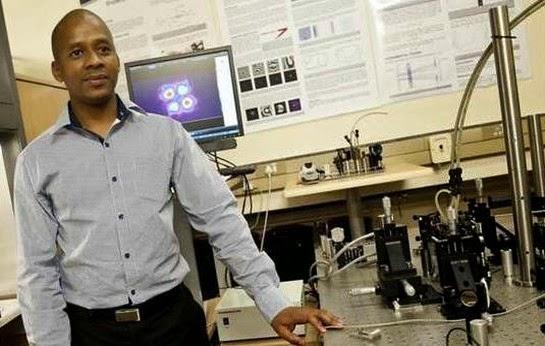 Lo scienziato sudafricano Sandile Ngcobo (http://kumatoo.com)