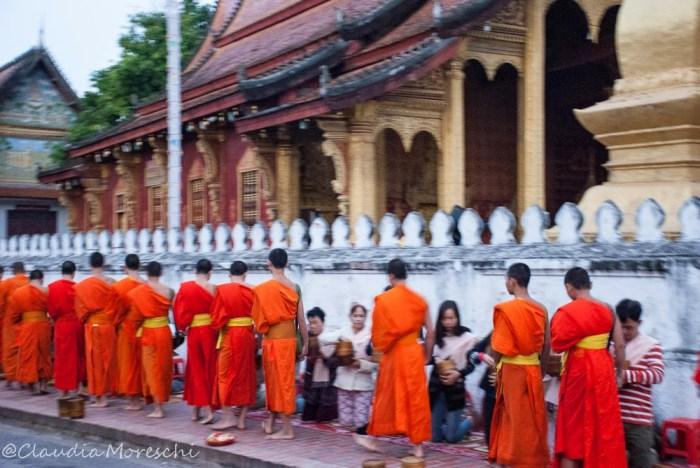 Il tak bat, la processione delle elemosine dei monaci per le vie di Luang Prabang