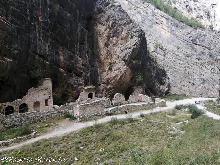 Le gole di Fara San Martino con i resti del monastero