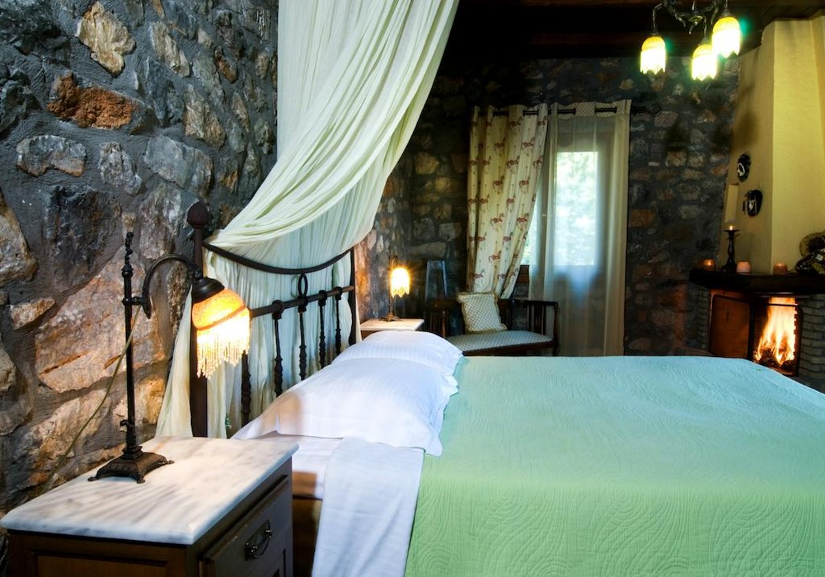 Guest House Alexiou ορεινή κορινθία δεντρόσπιτο δωμάτιο με πέτρα