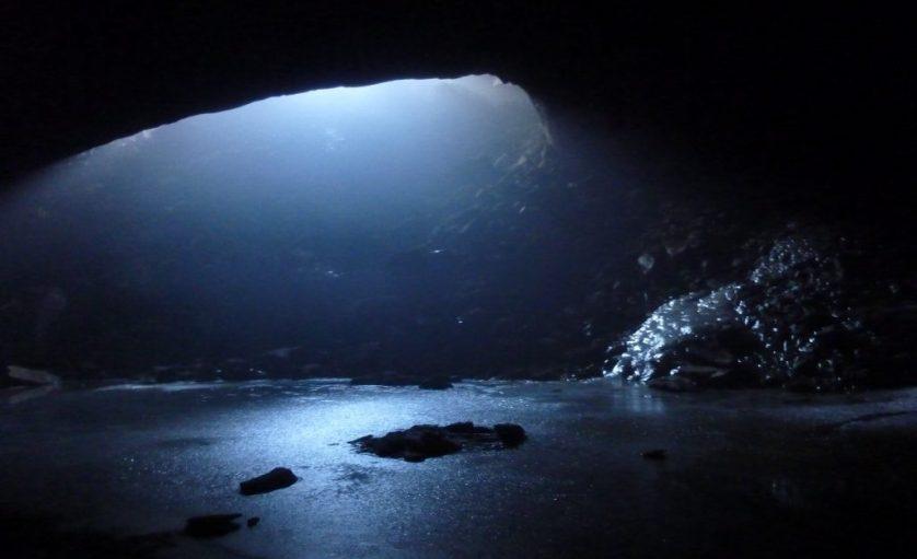 Svarthamarhola Cave
