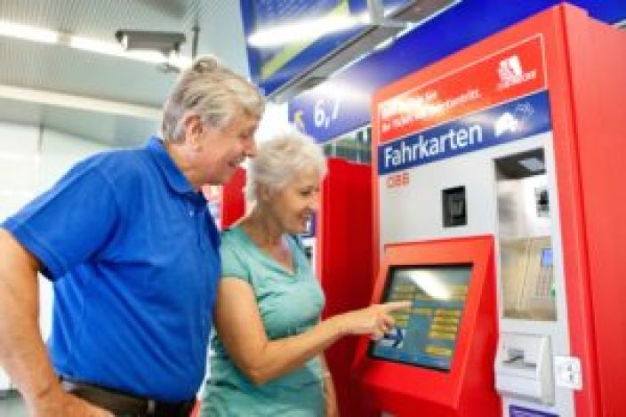 Buying tickets at an ÖBB ticket machine. © ÖBB/Harald Eisenberger