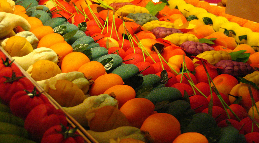 Marzipan fruits on sale at the Nuremburg Christmas Market © Charley1965 [CC-BY-SA-2.0], via Wikimedia Commons